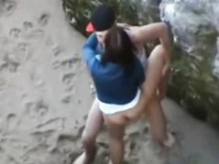 Voayer y su Cámara Oculta Gragando a una Joven Pareja Follando en la Playa