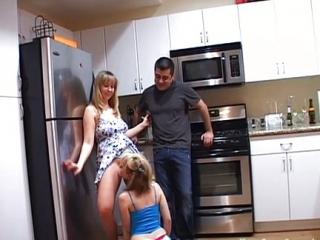 Follándonos a Papá en la Cocina. Se corre Dentro y me lo Come