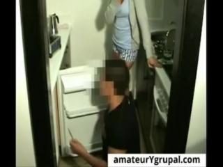El Técnico le Arregla el Congelador y ella lo Folla para Pagarle