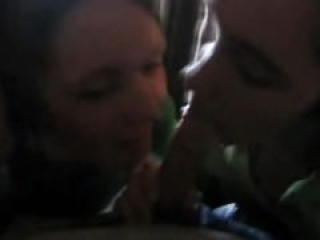 Dos Jóvenes Limpiadoras de Hotel Haciéndole una Mamada a un Desconocido Huesped
