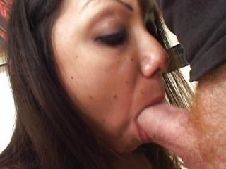 Su Novia Latina Satisfaciendo a los Dos Maduros