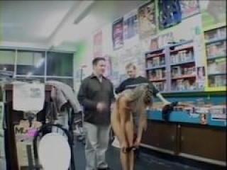 Jovencita se Folla a Viejo en Videoclub