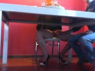 Le hace una Mamada debajo de la Mesa