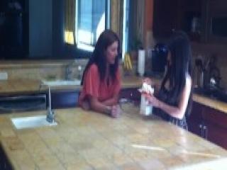Madura Caliente Seduciendo a la Joven Amiga en la Cocina
