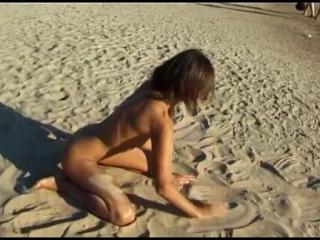 Jovencita en la Playa Calentando al Personal