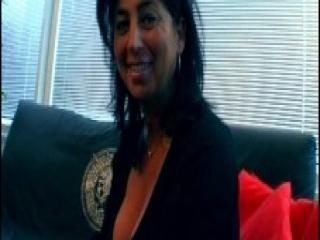 Visita Comercial a una Cachonda Madura que Acaba en Follada