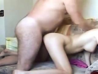 Padre Gordo Follándose a su Deliciosa Hija