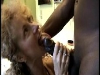 Video Real del Marido Grabando a su Madura Mujer con un Pedazo Mandingo