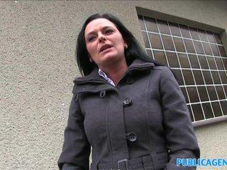 Folla con un Extraño en las Escaleras a Cambio de Dinero